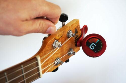 Ukulele stimmen mit Clip On Tuner